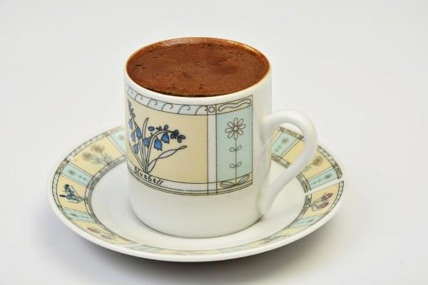 2 . Eğer kahve fincanını masadan aşağıya itmeyi seçtiysen.